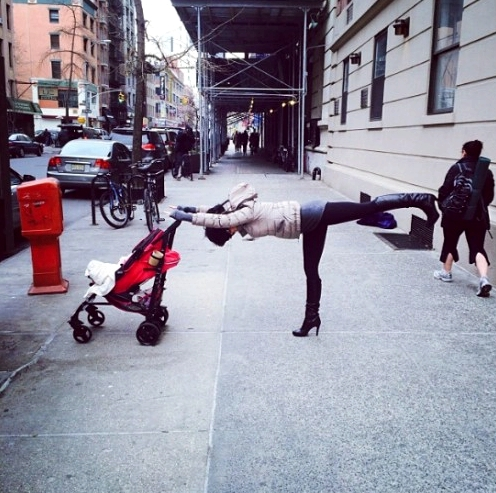 hilaria-baldwin-warrior3-street-yoga