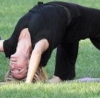 heidi-klum-dhanurasana-yoga
