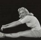Marilyn_Monroe-yoga-paschimottansana2