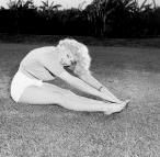 Marilyn_Monroe-yoga-paschimottansana