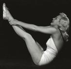 Marilyn_Monroe-yoga-navasana