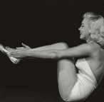 Marilyn_Monroe-yoga-ardha-navasana