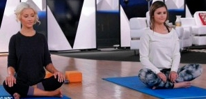 christina-aguilera-jacquie-lee-yoga
