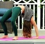 Carmen Electra yoga urdhva dhanurasana